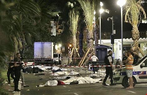 Hiện trường vụ tấn công bằng xe tải ở Nice đêm Quốc khánh 14-7. Ảnh: ZUMA PRESS