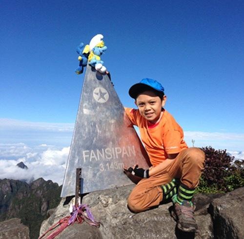 Phượt thủ tí hon Cao Ngọc Cảnh trên đỉnh Fansipan. Ảnh: NVCC.