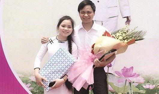 Nữ sinh Nguyễn Thị Huệ và thầy giáo chủ nhiệm.