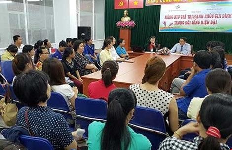 Nhiều bậc phụ huynh và học sinh đến tham dự buổi trò chuyện vào chiều 29-7. (Ảnh: HM)