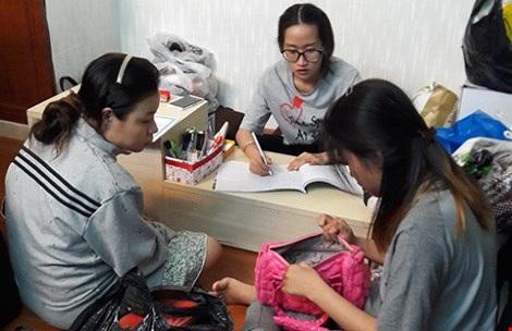 Kiểm tra quần áo của khách trước khi nhận ký gửi tại Give Away (quận 10, TP.HCM). (Ảnh: Hà Phượng)
