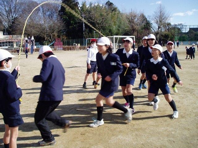 Trẻ em Nhật nô đùa trong nắng dù thời tiết đang là 4 độ C (Ảnh chụp ngày 25/1).
