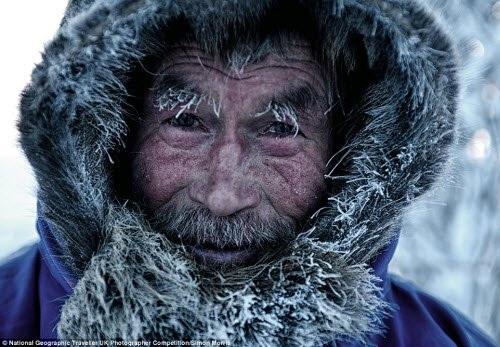 Hình ảnh tuyết phủ kín một người chăn tuần lộc tại bán đảo Yamal ở vùng Siberia. Ảnh: Simon Morris