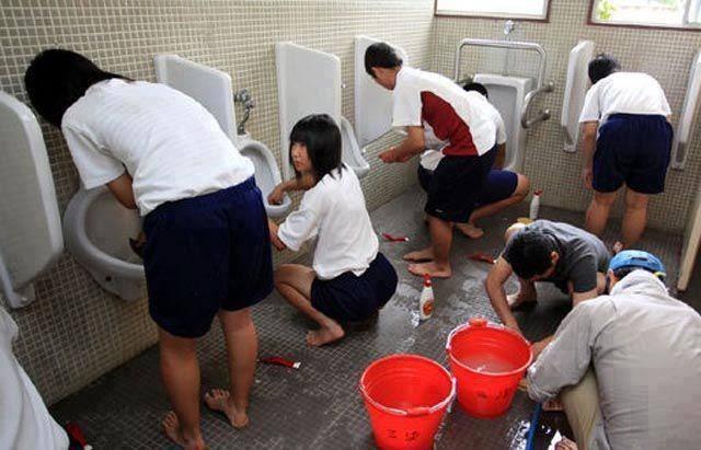 Học sinh Nhật Bản ngày nào cũng phải dọn vệ sinh ở trường (Ảnh: Mje Magazine)
