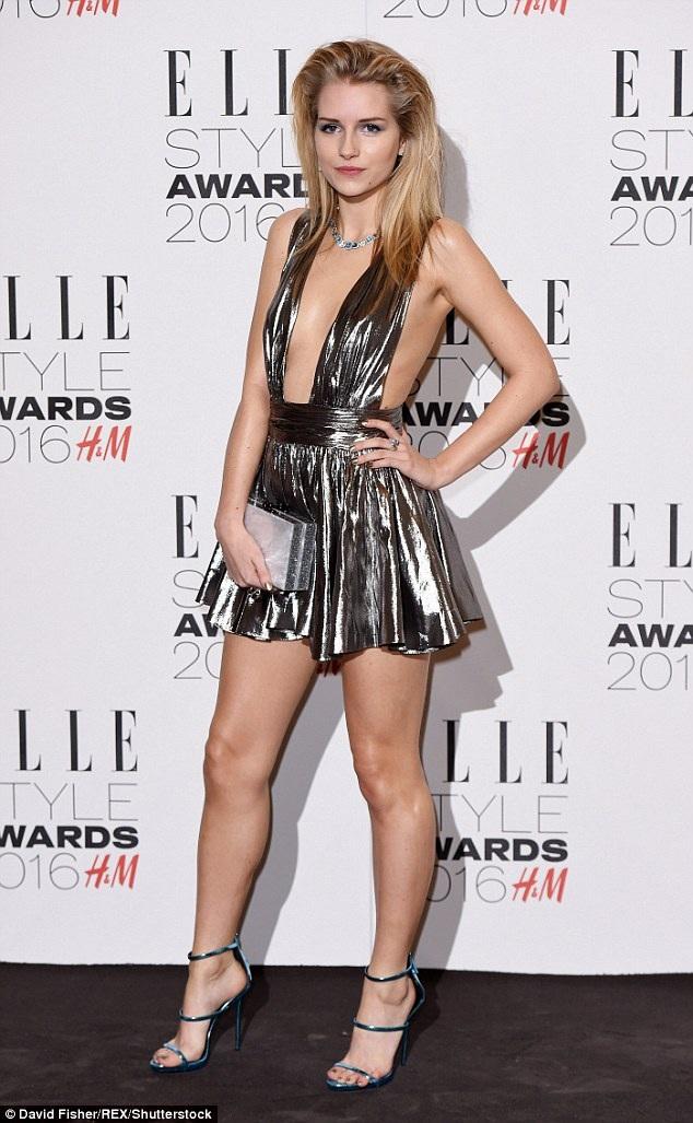 Mỹ nhân cao 180cm ký hợp đồng với công ty quản lý người mẫu của chị gái - Storm khi cô mới 13 tuổi, kém 1 tuổi so với thời điểm Kate ký hợp đồng với một công ty người mẫu.