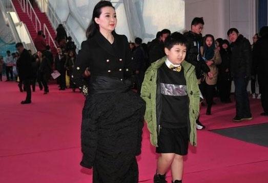 Vương Diễm đưa con trai tới tham dự một sự kiện tại Bắc Kinh, Trung Quốc, tối qua 23/2. Đã khá lâu rồi cô mới tham gia một sự kiện của làng giải trí, vì vậy, mọi sự quan tâm đã đổ dồn về phía hai mẹ con cô.