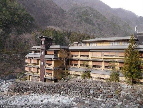 Khách sạn Nishiyama Onsen Keiunkan xây dựng vào năm 705 sau Công nguyên tại tỉnh Yamanashi, Nhật Bản. Với 1.311 năm tuổi cho đến nay, đây là khách sạn lâu đời nhất thế giới.