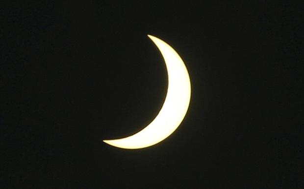 Mặt trời bị che khuất trên bầu trời Bali, Indonesia (Ảnh: Telegraph)