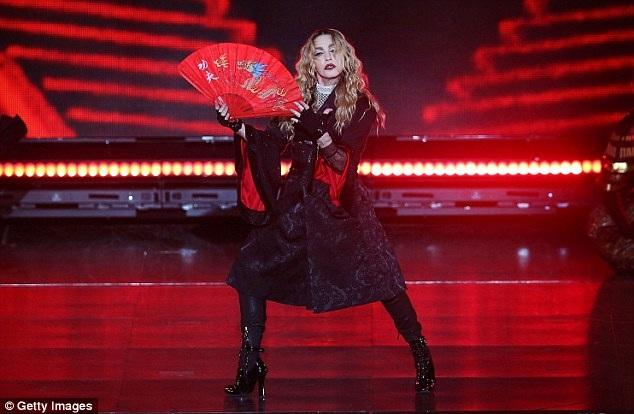 Nữ ca sĩ 57 tuổi bị chỉ trích hát nhép và không tỉnh táo khi biểu diễn.