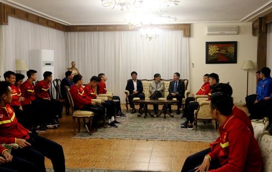 Thầy trò Hữu Thắng tới thăm Đại sứ quán Việt Nam tại Iran - 1