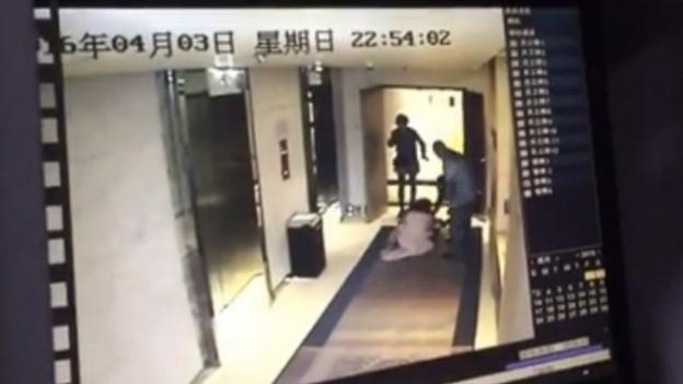 Hình ảnh được cắt từ video giám sát cô gái bị người lạ đánh ngay tại khách sạn