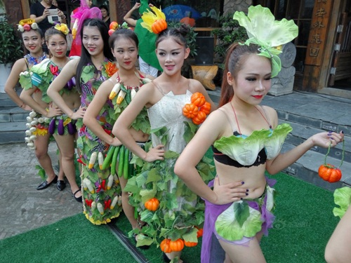 Gái trẻ sexy với thời trang củ quả xôn xao trên phố - 1