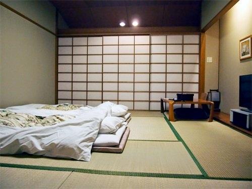 Không chỉ các nhà chật mà các gia đình có nơi ở rộng cũng thích có phòng ngủ truyền thống. Ảnh: Rowdesign.