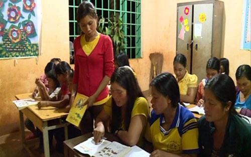 Lớp học ở buôn Phơng do chị H'Hồng Kđoh mở luôn thu hút đông đảo chị em tham gia. (ảnh: D.H)