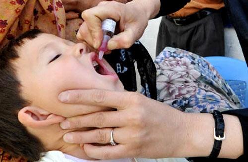 Nhỏ vắc xin là biện pháp duy nhất ngăn ngừa virus bại liệt xâm nhập. (Ảnh: Viện Vệ sinh dịch tễ Trung ương).