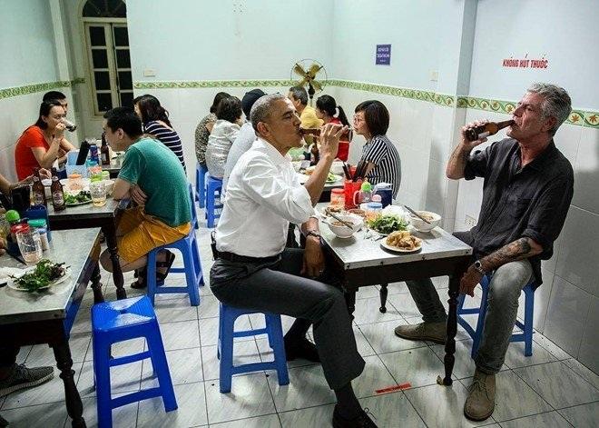 Tổng thống Obama ngồi ghế nhựa, ăn bún chả, uống bia ở quán bình dân Hà Nội.