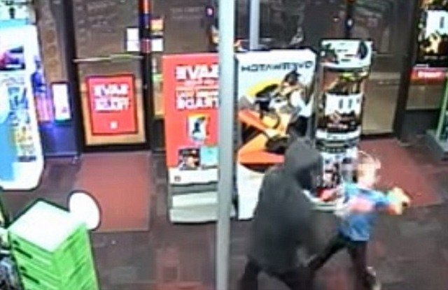 Cậu bé dũng cảm đấm 2 phát liên tiếp vào tên cướp có vũ trang.