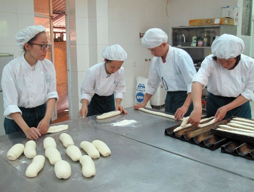 Một lớp học nghề nấu ăn tại Trường Trung cấp Kinh tế -Du lịch Hoa Sữa (Hà Nội). ảnh: Mỵ Lương