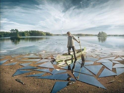 Nghệ sĩ Erik Johansson đến từ Thụy Điển là một bậc thầy về kỹ thuật xử lý ảnh. Anh có thể tạo một bức ảnh ghép như thực khiến người xem ngỡ ngàng, trong đó có cảnh tượng mặt sông bị vỡ như gương này.
