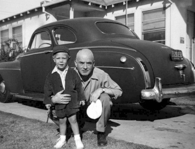 Langan chụp cùng người chú lúc còn nhỏ.