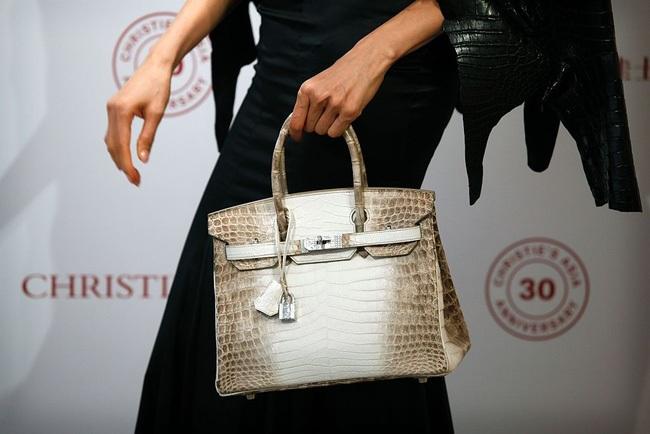 Chiếc túi Matte White Himalaya Niloticus Crocodile Diamond Birkin 30cm được bán với giá đắt nhất thế giới, lên tới 300.168 USD.