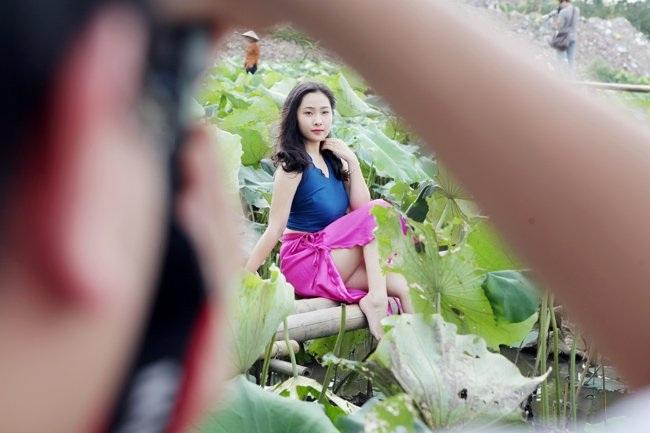 """Thiếu nữ Hà thành """"lăn lê bò toài"""" chụp ảnh cùng sen - 1"""
