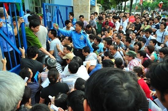 Phụ huynh đạp đổ cổng trường xin học cho con vào trường Thực nghiệm, Hà Nội (Ảnh: IT).