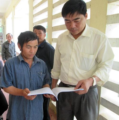 Cán bộ Ban Dân tộc tỉnh Thanh Hóa tuyên truyền, phổ biến Luật Hôn nhân gia đình cho người dân Mường Lát.   Ảnh: H.Đ