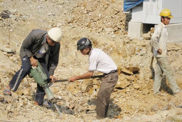 Việc khai thác đá luôn tiềm ẩn nguy cơ TNLĐ nghiêm trọng (ảnh chụp tại mỏ khai thác đá tại Thường Xuân, Thanh Hóa).  Ảnh: Minh Nguyệt