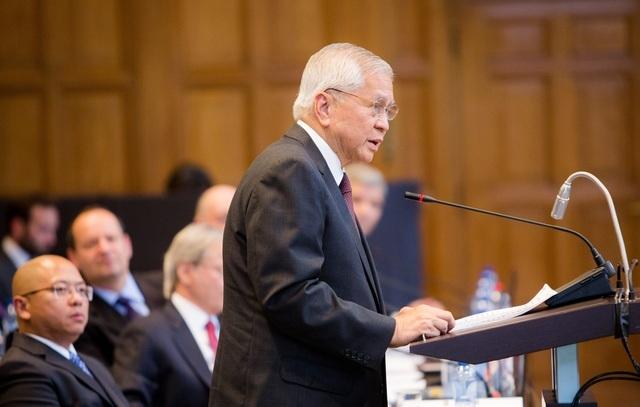 Cựu Ngoại trưởng Philippines Albert del Rosario trình bày trước tòa tại La Hay, Hà Lan về vụ Philippines kiện Trung Quốc ở Biển Đông (Ảnh: Philstar)