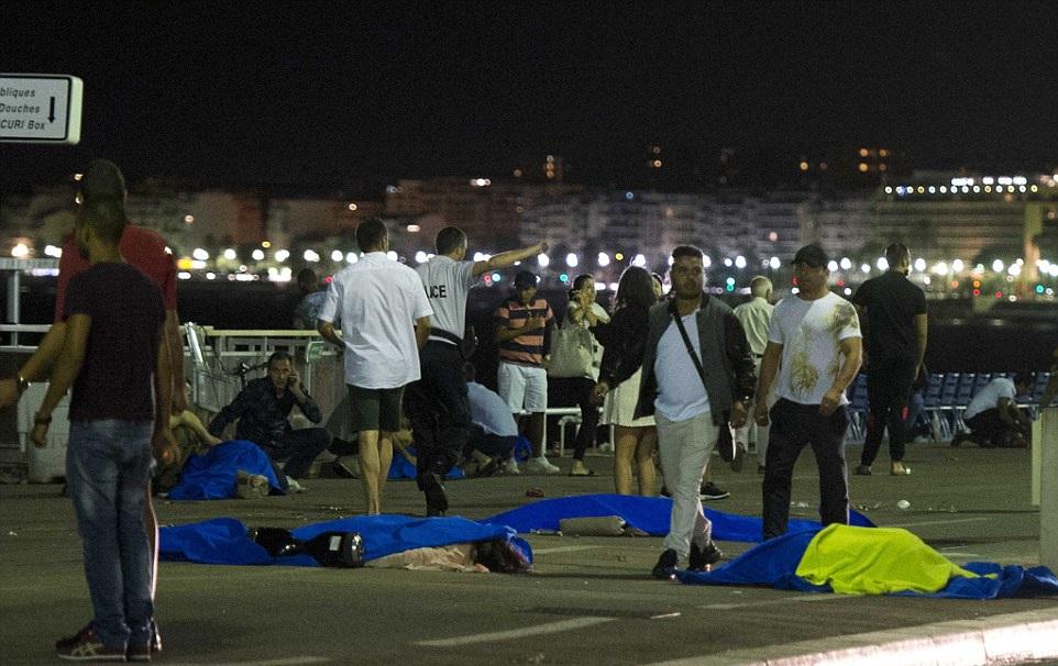 Các thi thể nạn nhân nằm la liệt tại hiện trường vụ tấn công (Ảnh:: DM)