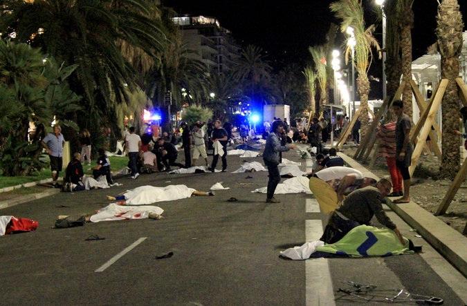 Hiện trường vụ đâm xe tải ở Nice, Pháp. (Ảnh: NYT)