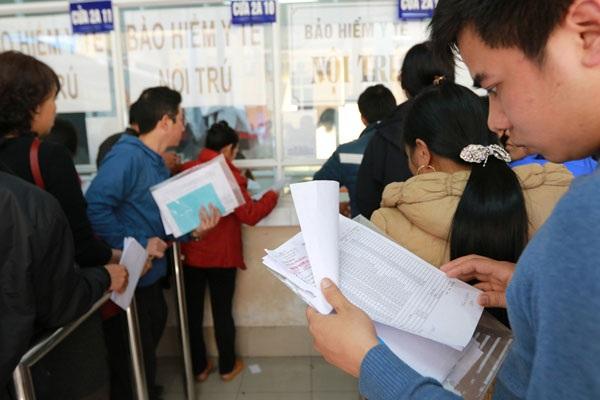Người nhà bệnh nhân xếp hàng ở cửa thu tiền của BV Việt Đức. Ảnh: Hải Nguyễn