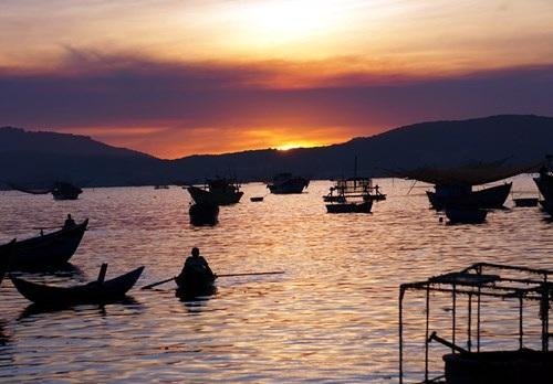 Bình minh sắp ló dạng, tàu thuyền của ngư dân các xã Xuân Cảnh, Xuân Hòa, Xuân Bình… đi đánh cá đêm kéo về bên chợ cá Xuân Cảnh