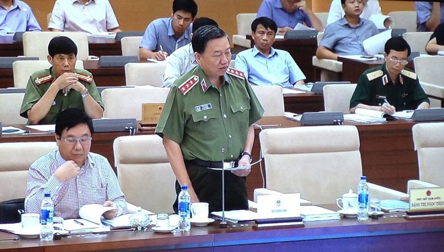 Bộ trưởng Công an Tô Lâm trình bày tờ trình nêu một số thay đổi về đối tượng cảnh vệ.