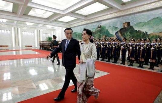 Cố vấn Nhà nước Aung San Suu Kyi gặp Thủ tướng Lý Khắc Cường tại Bắc Kinh hôm 18/8. (Ảnh: SCMP)