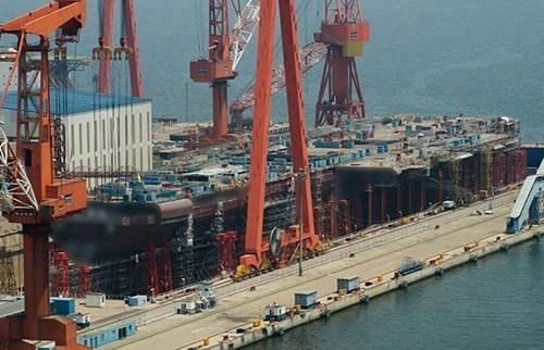 Tàu sân bay tự chế tạo của Trung Quốc đang được đóng ở Đại Liên (Ảnh: Sina)