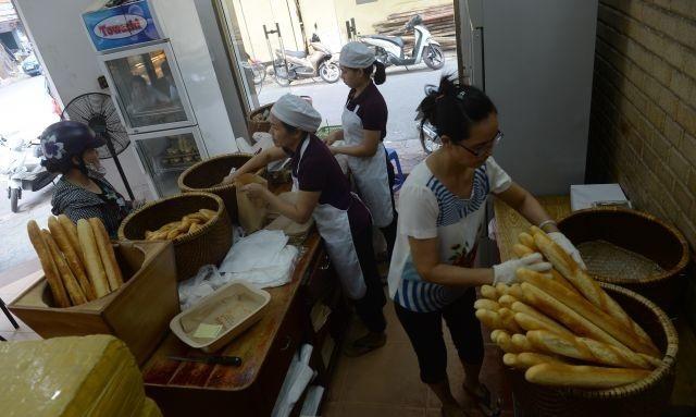 Bánh mì đã trở thành món ăn phổ biến của người Việt (Ảnh: AFP)