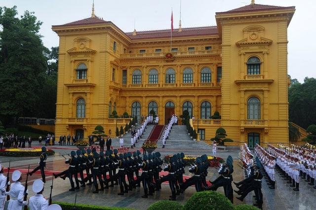 Quang cảnh lễ đón tại Phủ Chủ tịch sáng ngày 6/9. Chuyến thăm này của ông Hollande là dịp để nhấn mạnh mối quan hệ tốt đẹp vốn có giữa hai nước, đồng thời thăm dò những triển vọng hợp tác mới. (Ảnh: AFP)