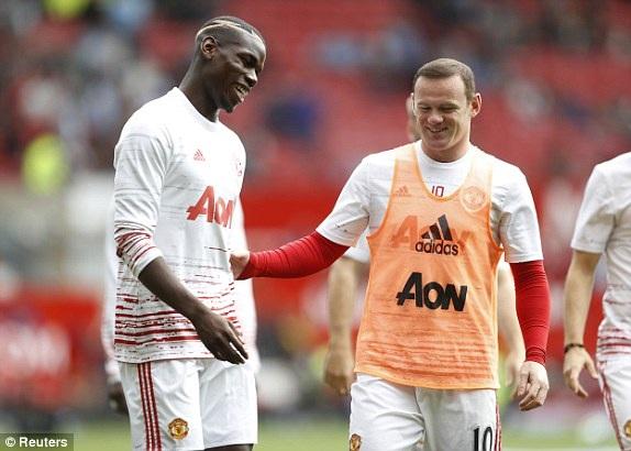 Pogba (trái) và Rooney khởi động trước trận đấu