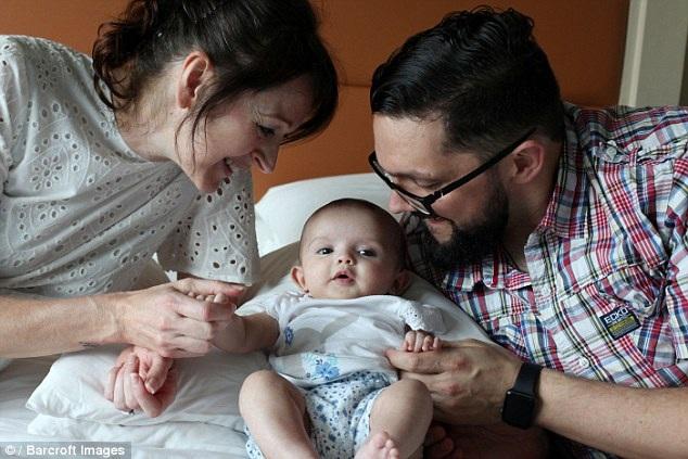 Bố mẹ sinh con nhờ mang thai hộ mất ăn mất ngủ vì nguy cơ phải bỏ lại con - 1