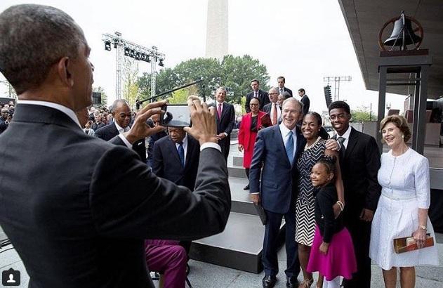 Cựu Tổng thống Bush đăng bức hình Tổng thống Obama chụp ảnh cho vợ chồng ông trên Instagram.