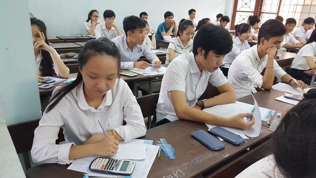 Thí sinh dự thi môn Toán sáng nay (1/7) tại Huế.