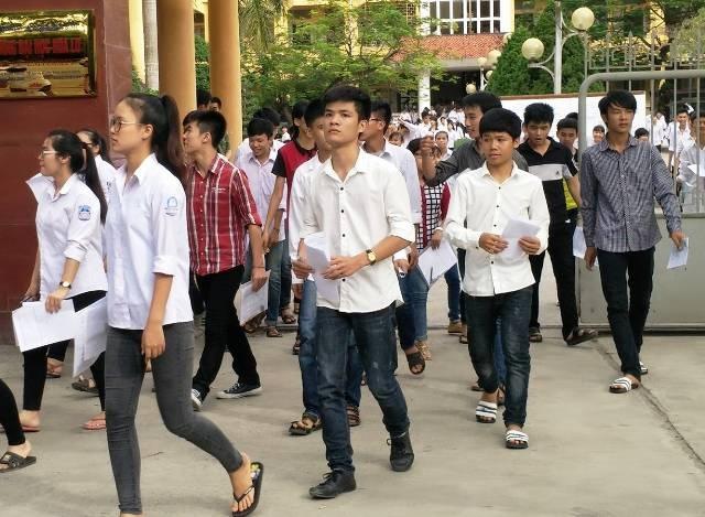 Kết thúc môn Tiếng Anh, các thí sinh tại Ninh Bình lo lắng, thở dài vì không làm được bài (ảnh: Thái Bá)