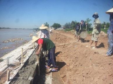 Công nhân đang khẩn trương xây kè sông giữa trời nắng tại xã Tân Thành, huyện Vụ Bản, tỉnh Nam Định. Ảnh: NGUYỄN NGA
