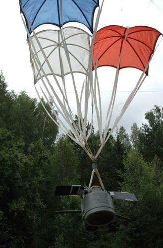 Thiết bị SPBE-D được hãm tốc bằng 3 dù, rơi với vận tốc 15-17m/s