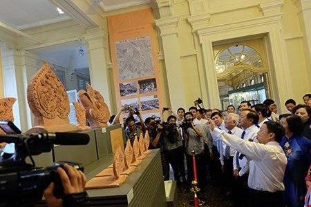 Lãnh đạo TP.HCM và Hà Nội tham quan khu trưng bày Hiện vật Hoàng Thành Thăng Long tại Bảo tàng TP.HCM.