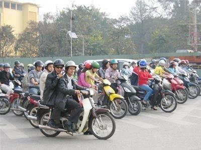 Có đủ tiền mua ô tô nhưng vợ chồng anh Nam vẫn đi xe máy cũ mua cả chục năm nay.