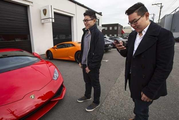Andy Guo đứng bên chiếc siêu xe.
