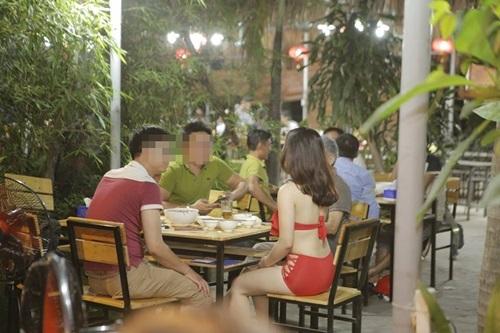 Quán ăn Hà Nội cho nhân viên mặc bikini phục vụ bàn - 1